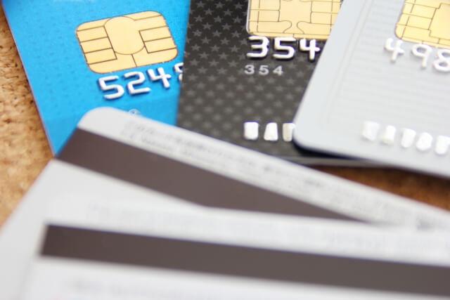 リボ払いによる負債を完済するために苦労したエピソードが寄せられている。