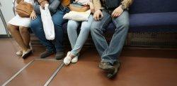電車内で迷惑だと思う行為は?