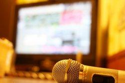 「音痴な人が何度も歌って、しかも感想を求められる」