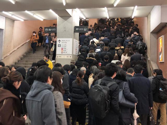 上り階段いっぱいに押し寄せる群衆