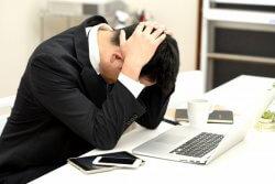 多くの人が長時間労働に苦しんでいます