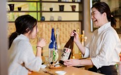 ▲ 利き酒師の資格を持つ佐藤は、お客様に合わせて心のこもった接客で出迎える