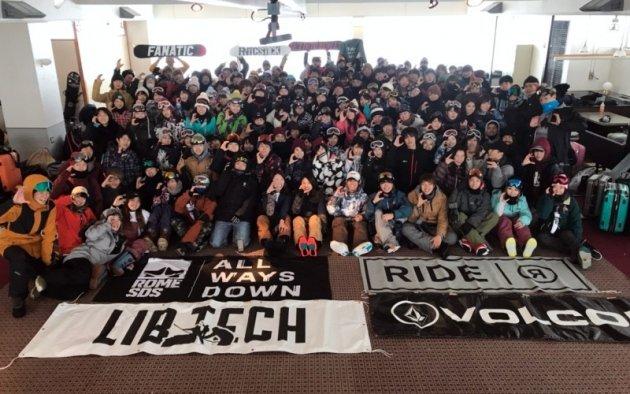 ▲500名の学生が所属する全日本学生スノーボード協会の副代表をしている沼尻(写真左下グレーのウェア)。合宿は130名が参加します