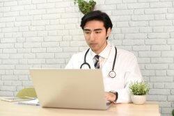 新型肺炎で忙しくなってる医師は意外と少ない?