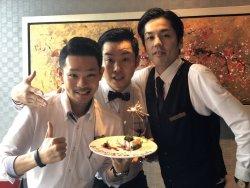 ▲横浜のスパニッシュレストランでウェイターとして接客の奥深さを知った金子大和(写真左)