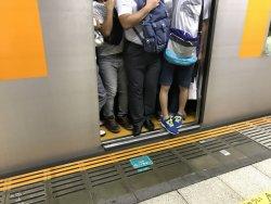外出自粛が明けると満員電車に乗る日々も戻ってくるのか