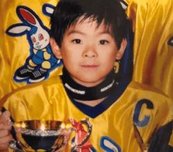 ▲小学校3年生。大会での優勝カップと共に