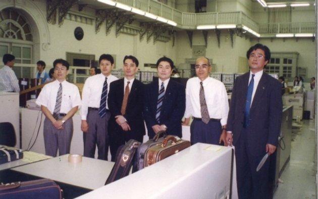 ▲入社6年目の若手時代、当時の先輩や上司と (橋詰左から2番目)