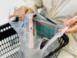 袋詰めに辟易するレジ店員