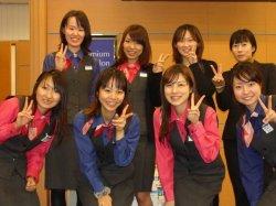▲入社4年目の頃、当時の同僚と塚田(前列右2番目)