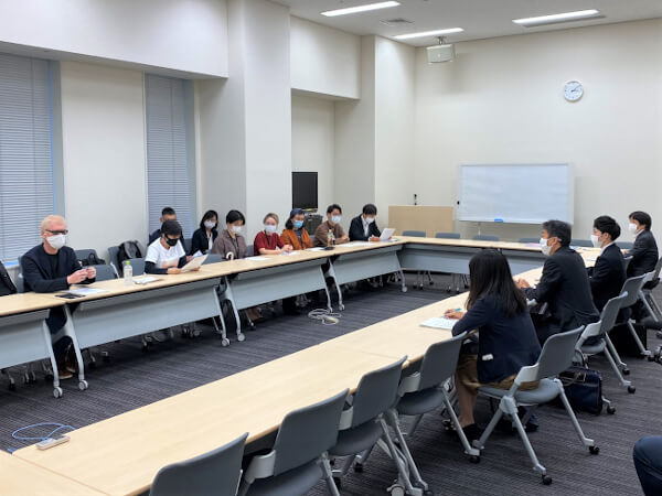 署名を提出する外川さん、矢吹さんら/10月、厚生労働省