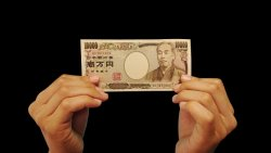 「誕生日には現金1万円を渡されただけ」