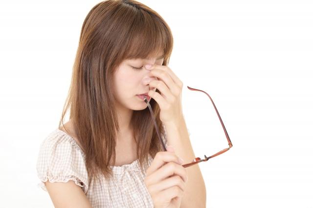 受付女性のメガネ着用はNG?