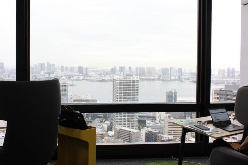窓の外には東京湾とレインボーブリッジが。夜景も美しい